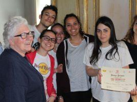 La Sig.ra Bernardini premia la prima Squadra Classificata (IIS Elena di Savoia - Bari)