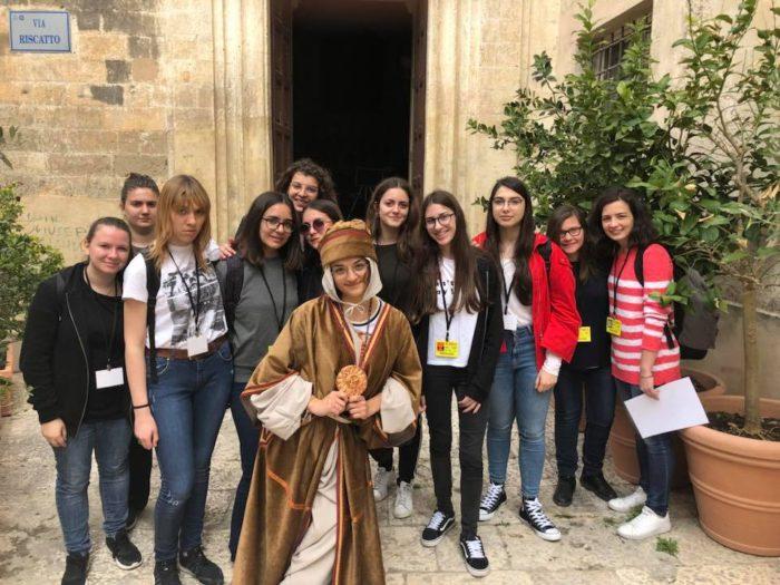 Giocatori di scuola superiore, in una foto ricordo con Alano da Matera