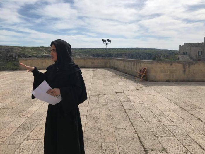 La Badessa Eugenia spiega alla squadra che la visita, quale sarà la sua prova