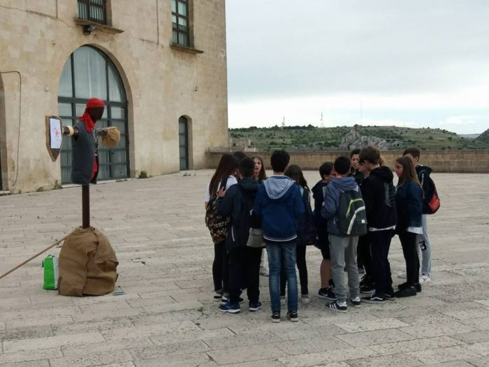 Una squadra di studenti di scuola media si prepara alla prova della giostra del Saracino