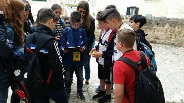Un giovane team leader, spiega il gioco ai partecipanti