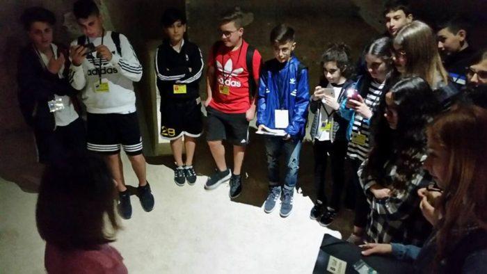 Una squadra di studenti di scuola media, assiste a ciò che accade nella stanza della mente