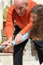 Nonno Peppino Persia insegna il lancio dello strummolo